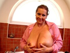 Busty babe Laura is playing in the bath