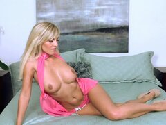 Glamorous blonde Chikita stretches her hole