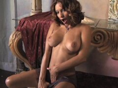 Mari Posa bangs her naked pussy on the couch