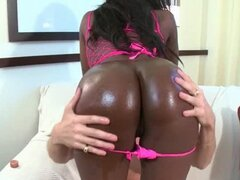 Hot ass ebony slut gets pussy played with in bed