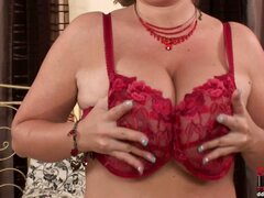 Thick busty blonde babe Jenifer is doing a hot srtptease on bed getting rid pf her sexy lingerie & shows her big boobs & pink pussy! The hot babe turs on very easy so she lost all her inhibitions right at the beginning... Enjoy her show!